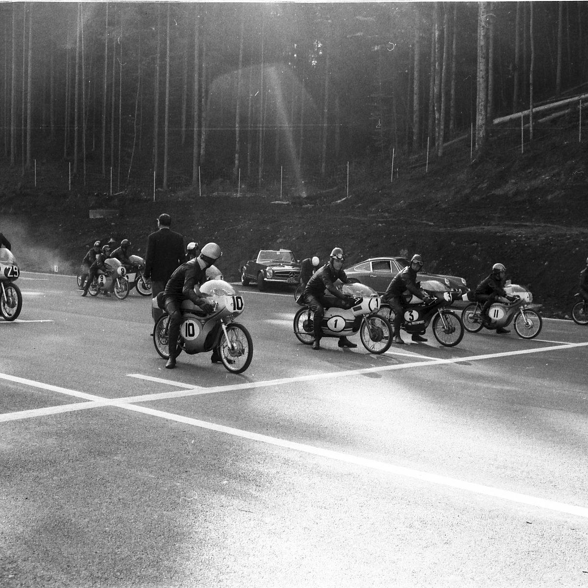 1969.09.21-ero êffnung-salzburgring-kleiner-kurs-startaufstellung-der-50ccm-klasse-hq